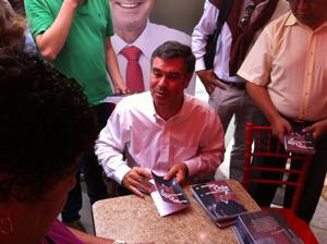 """Senador y precandidato presidencial RN Manuel José Ossandón distribuyendo su libro """"Ideas fuerzas para un Chile más humano y solidario"""" en el paseo 21 de Mayo."""