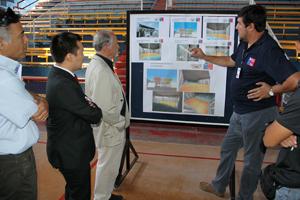 Arquitecto Juan Arcaya, Director Regional del Serviu, explica proyecto de remodelación del Fortín Sotomayor.