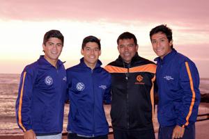 """Profesor """"Delfín"""" Galvez junto a los nadadores Jorge de la Cerda, Nicolás Delgado y Rodrigo Zamora."""