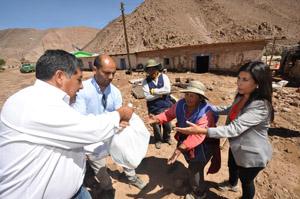 Damnificados de Cobija, reciben ayuda de manos de las autoridades.