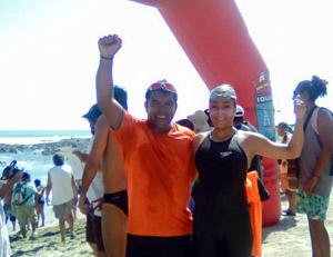 """Patricio """"Delfín"""" Gálvez junto a  Belén Manquepan, nadadora ariqueña, ganadora del Festival Morrino en Iquique."""