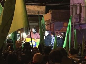 Gerardo Espíndola junto al diputado Vlado Mirosevic, dirigiéndose a sus seguidores en las puertas de su comando.