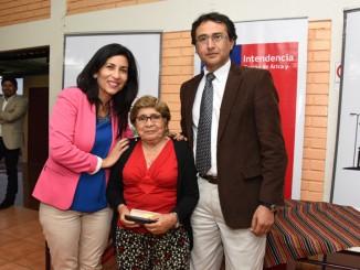 Intendenta Gladys Acuña y el director (s) del Servicio de Salud, Ricardo Cerda,junto a la beneficiada Zunilda Vargas.